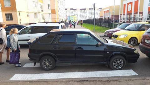 """Автохам на """"Ладе"""" второй день подряд припарковался на """"зебре"""" у школы"""