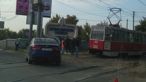 """Вылетевшая после аварии на рельсы """"Киа"""" заблокировала трамвайный маршрут"""