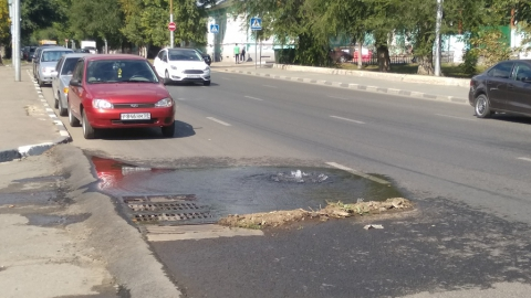 Посреди дороги появился коммунальный фонтан
