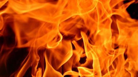 Во дворе домов 8 Марта опять горели сараи