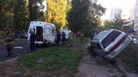 Женщина-водитель проехала на красный свет: две машины повисли на чугунной ограде