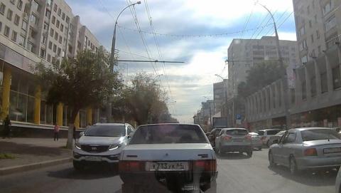 Автохам из Волгограда проехал по полосе общественного транспорта на Московской. Видео