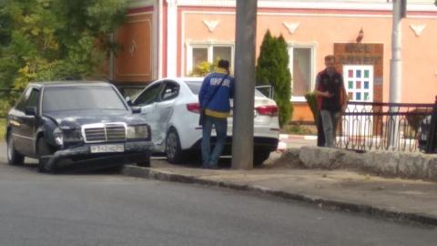 """После аварии помятые """"Мерседес"""" и """"Киа"""" перекрыли тротуар"""