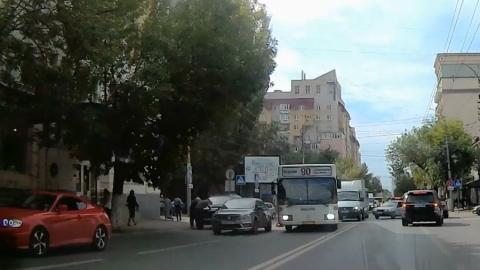 """Автобус притер """"Рено Логан"""" и перекрыл улицу Чапаева. Видео"""
