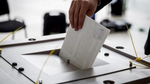 К полудню на довыборах проголосовало лишь три процента избирателей