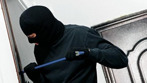 Рецидивист признался в кражах с почты и из двух магазинов
