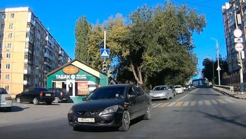 Автохам обогнал поток по встречной полосе на жёлтый сигнал светофора