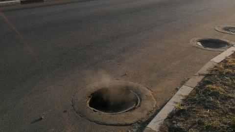 На бульваре Героев Отечества провалилось несколько канализационных люков подряд