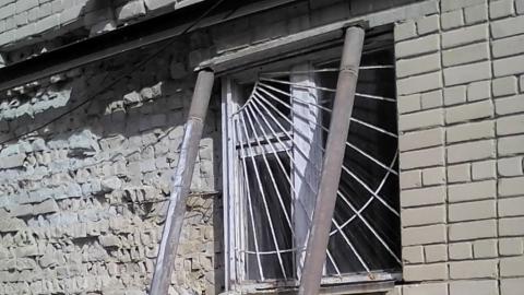 Разваливающаяся стена школы держится на швеллере и трубах