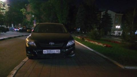 «Тойоту» припарковали на тротуаре у входа в Саратовскую областную Думу