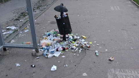Трамвайную остановку в Саратове завалили мусором