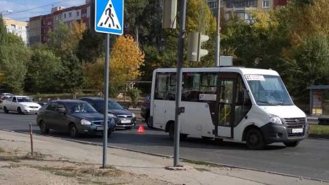 """""""Форд"""" врезался в маршрутку с пассажирами на окраине Саратова"""