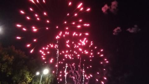 Над Театральной площадью в честь Дня города вспыхнул фейерверк