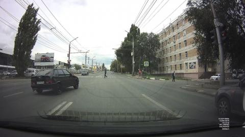 На красный по встречной полосе на огромной скорости: автохам едва не снес людей на пешеходном переходе