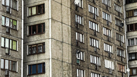 В центре Саратова мужчина выпал из окна