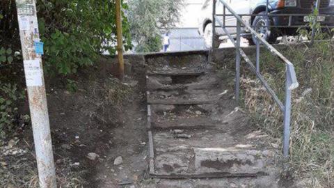 Жительница Саратова жалуется на развалившуюся лестницу возле детского сада