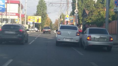 Две попутные легковушки устроили пробку на Соколовой