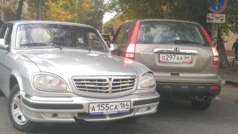 """""""Волга"""" и """"Хонда"""" столкнулись на узком перекрестке и перекрыли дорогу"""