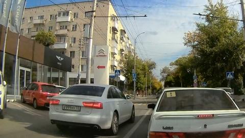 Массовый выезд автохамов на полосу общественного транспорта запечатлел видеорегистратор