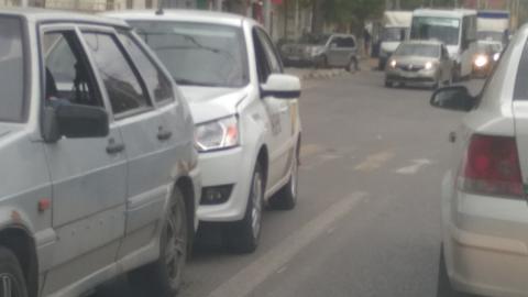 """Машина с символикой Яндекс.Такси """"догнала"""" ржавый ВАЗ на перекрестке"""