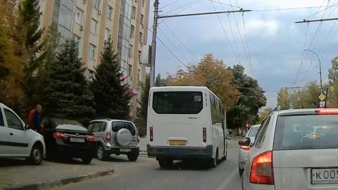 Автохам на маршрутке объехал пробку по встречной выделенной полосе