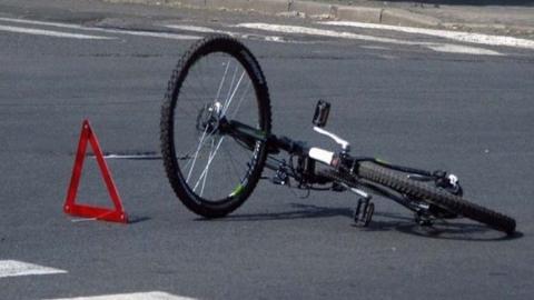 Пожилая велосипедистка попала под машину