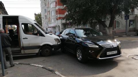 В центре Саратова маршрутка столкнулась с внедорожником