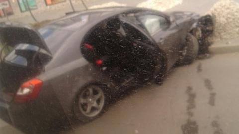 В Энгельсе на улице Тельмана Nissan Primera въехала в кучу щебня