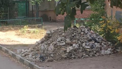 Чиновники намерены найти и наказать вываливших во дворе строительный мусор людей