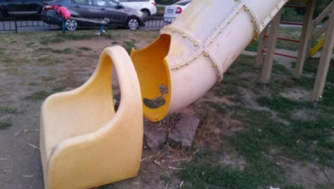 Разломанную детскую площадку в Солнечном отремонтируют к концу октября