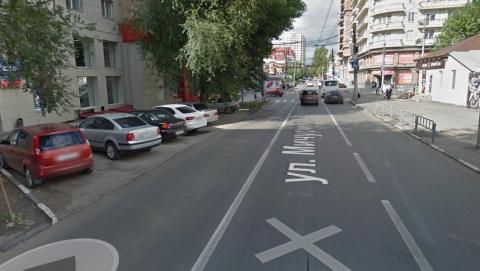 Парковку в центре Саратова закрыли от водителей сплошной линией разметки
