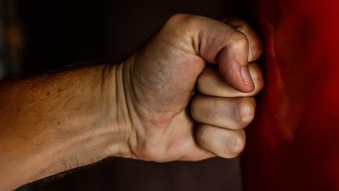 Избивший квартирантку-полицейского мужчина заплатит судебный штраф