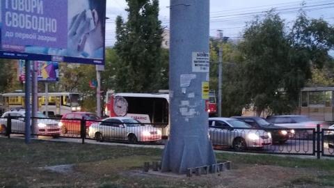 Проезд в Ленинский район заблокирован из-за ДТП с КамАЗом-панелевозом
