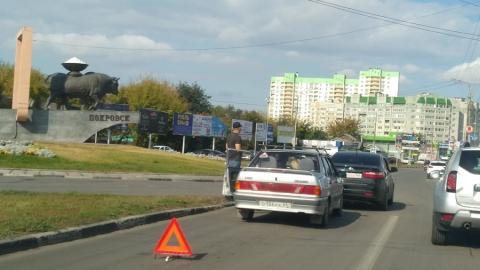 У памятника быку-солевозу столкнувшиеся машины устроили затор