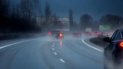 Туманы, гололедица, мокрый снег и сильный ветер: утром и ночью на дорогах будет опасно