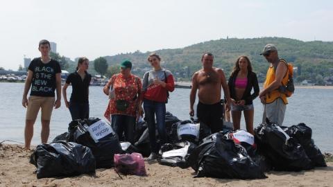 С энгельсского пляжа вывезен грузовик мусора
