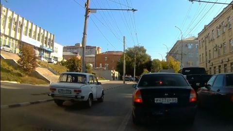 """Автохам на """"копейке"""" прокатился по полосе общественного транспорта"""