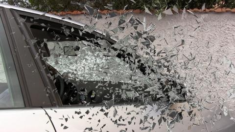 Молодой водитель ночью врезался в дерево. Ранена 18-летняя девушка