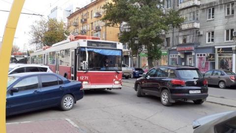 В центре Саратова из-за аварии встал общественный транспорт