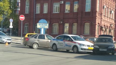 Таксист протаранил легковушку, выезжавшую с выделенной полосы