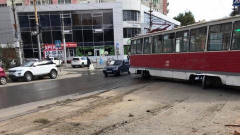 Трамвай-«тройка» сошел с рельсов и врезался в ограду Детского парка