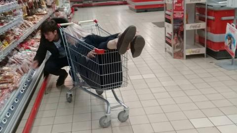 Фото пары с тележкой в гипермаркете стало хитом саратовского паблика ВКонтакте