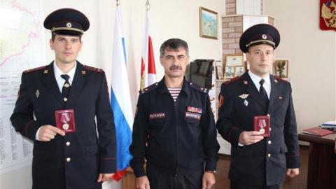 Майора и старшего лейтенанта Росгвардии наградили за спасение людей