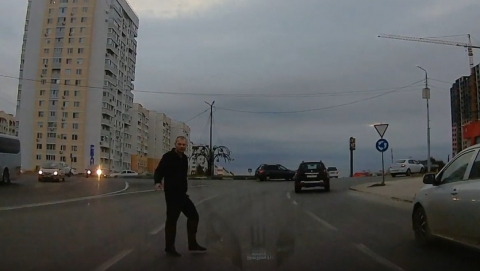 Пьяный бросался под колеса автомобилей на улице Тархова. Видео