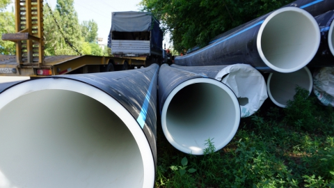 КВС проводит монтаж водовода на улице Огородной