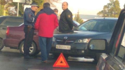 Столкнувшиеся машины заблокировали оживленную развязку