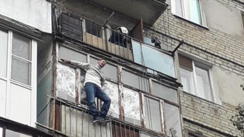 "Неадекватного мужчину, лазившего по балконам, приземлили на ""куб жизни"""