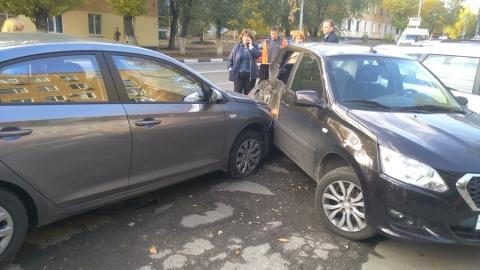 """Девушка на """"Хендэ"""" со знаком """"Неопытный водитель"""" только что протаранила три машины и вылетела на тротуар"""