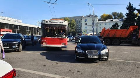 Jaguar с московскими номерами припарковался под троллейбусными проводами