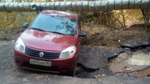 """Припаркованный на месте коммунальной аварии """"Рено"""" почти провалился в коммунальную яму"""